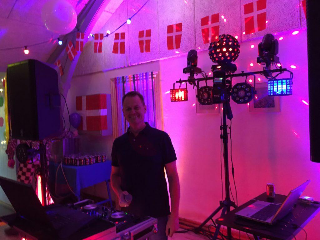 DJ Mikkel Steen Østervig bag DJ-pulten.
