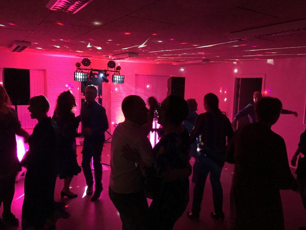 Diskotek Dimesis sørger for, at festen når nye højder med musik, lyd og lys.
