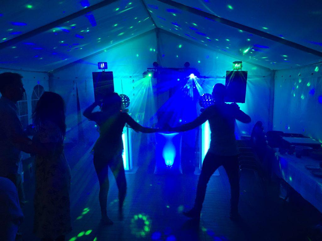 Et par, der danser i et telt foran Diskotek Dimesis.